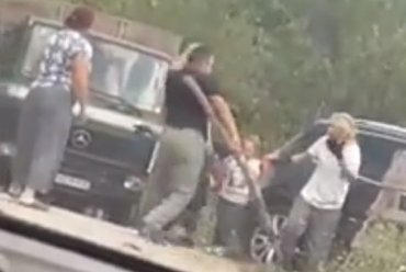 (VIDEO) Neverovatan obračun u Bratuncu: Zakrvili se oko parking mesta, radio koc