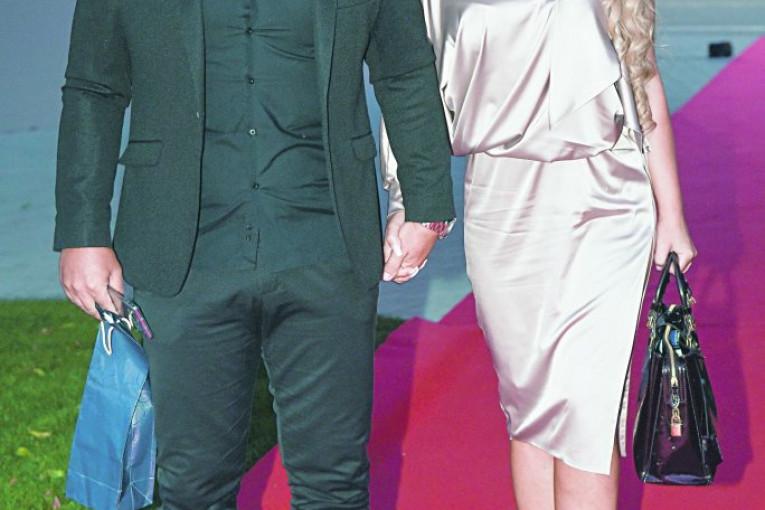 Republika / Udala se Bilja Sečivanović: Pevačica konačno stala na ludi  kamen sa dugogodišnjim partnerom, evo kako je izgledala na venčanju!