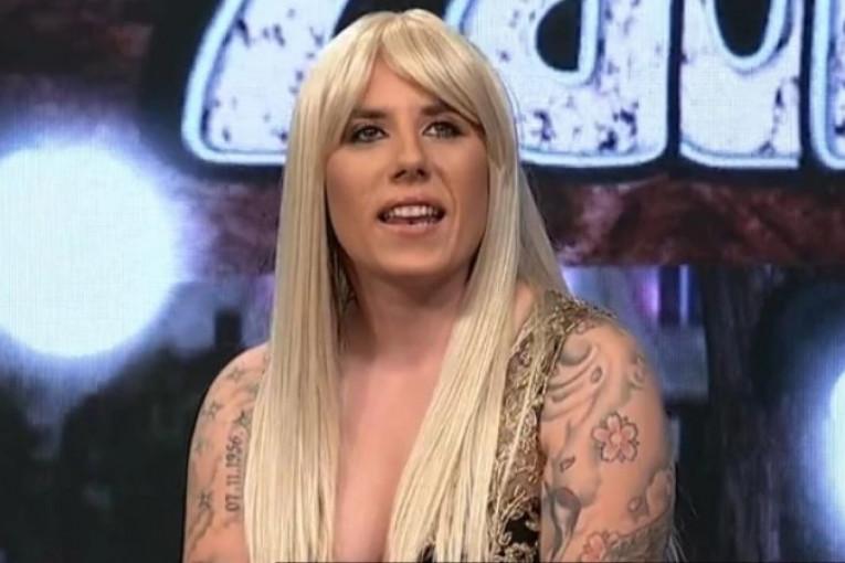 Republika / (FOTO) MATORA ŠOKIRALA! Pojavila se u emsiji u dosad neviđenom  izdanju - duga plava kosa i haljina sa dubokim šlicom!